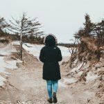 Ako zladiť zimné topánky s šatami